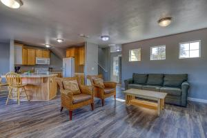 A seating area at Lakeview Villa #507