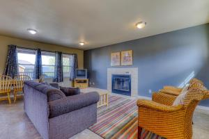 A seating area at Lakeview Villa #504