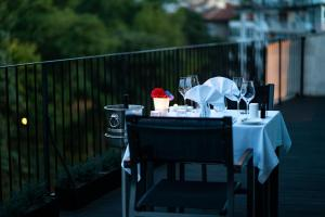A restaurant or other place to eat at mOdus Hotel
