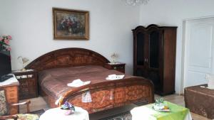 A bed or beds in a room at Hotel Garni