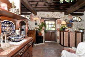 A kitchen or kitchenette at La Petite Ferme