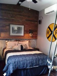 A bed or beds in a room at Riley's Railhouse Bed & Breakfast