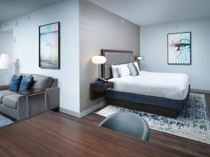 A bed or beds in a room at Hampton Inn & Suites Atlanta Decatur/Emory