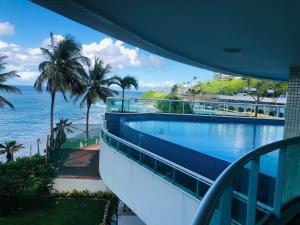 The swimming pool at or close to LUXUOSO APARTAMENTO BARRA ONDINA Beira MAR