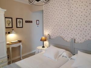 A bed or beds in a room at Hostal Rural Luna y Hostal Rural Lunaposada