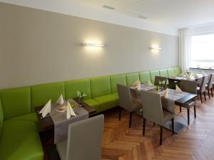 Ein Restaurant oder anderes Speiselokal in der Unterkunft Hotel Karolinger Hof