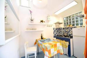 A kitchen or kitchenette at Le Querce