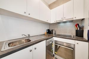 A kitchen or kitchenette at Two Bedroom House in Bondi Junction