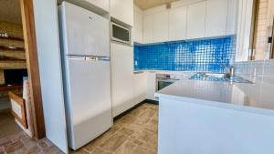 A kitchen or kitchenette at By The Sea Unit 4, 13 Esplanade, Kings Beach