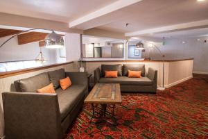 A seating area at Empieria High Sierra Hotel