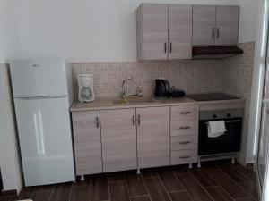 Petasos Apartments tesisinde mutfak veya mini mutfak