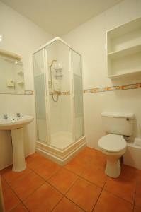 A bathroom at Gort Na Coiribe Holiday Village