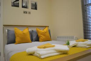 A bed or beds in a room at OnPoint Apartments - PERFECT 5-Star Deluxe Apartment City Centre VIP