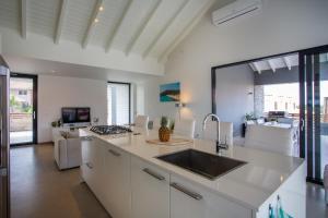 A cozinha ou cozinha compacta de Hasta La Vista Royal Luxury Villa Jan Thiel