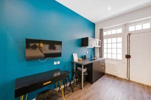 Una televisión o centro de entretenimiento en The Element Hôtel