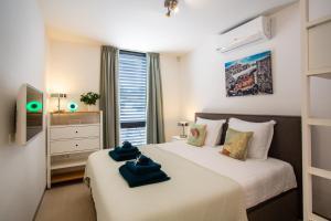 Cama ou camas em um quarto em La Vista Luxury Apartment Jan Thiel
