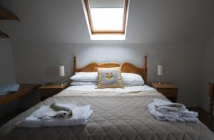 A bed or beds in a room at Ballylinny Holiday Cottages