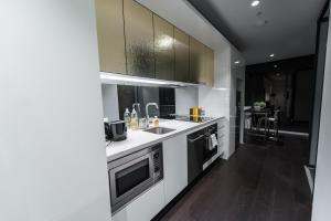 A kitchen or kitchenette at Sapphire Suites in Melbourne CBD