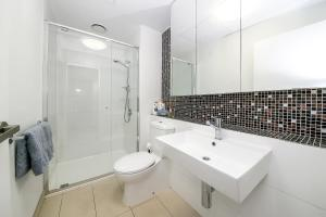 A bathroom at A Cozy Suite with a View of Docklands & The Yarra