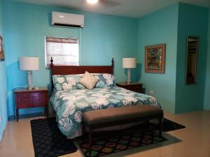 A bed or beds in a room at Villa Indigo Sunny 1BR Apartment in Private Gated Estate