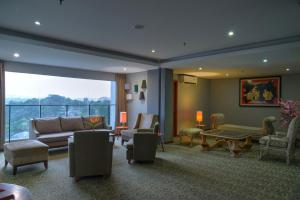 A seating area at Oak Tree Emerald Semarang Managed by The Ascott Limited