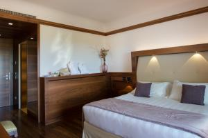 A bed or beds in a room at Valle di Assisi Hotel & Spa