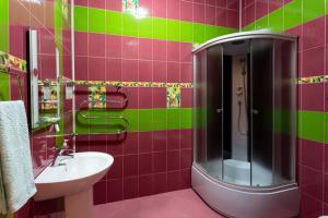 A bathroom at Aleksandrovsky Dvor Hotel