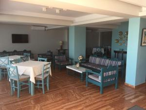 A restaurant or other place to eat at Knossos Hotel