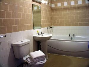 A bathroom at Rockingham Arms By Greene King Inns