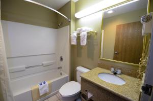 A bathroom at Desert Inn