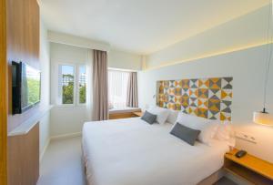 Łóżko lub łóżka w pokoju w obiekcie Inturotel Esmeralda Villas