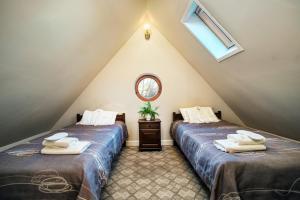 Łóżko lub łóżka w pokoju w obiekcie Dwór Osmolice