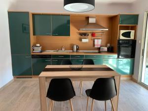 A kitchen or kitchenette at BEAU T4 100M2 PALAIS DES ROIS DE MAJORQUE