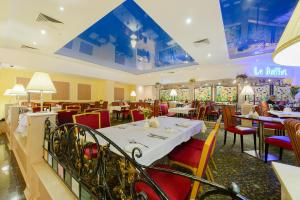 A restaurant or other place to eat at Hotel Korston Royal Kazan