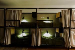 Uma ou mais camas em beliche em um quarto em Che Juan Hostel BA