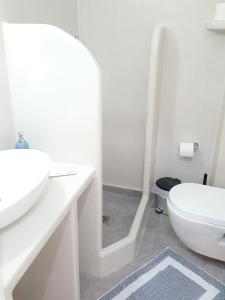 A bathroom at Ira Apartments
