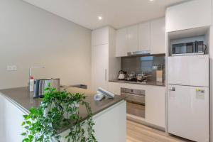 A kitchen or kitchenette at Peaceful apt 20mins to CBD