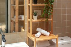 A bathroom at Peaceful apt 20mins to CBD