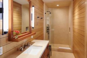 A bathroom at Hotel Lanai