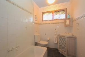 A bathroom at Byron Break