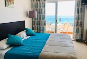 Een bed of bedden in een kamer bij Apartamentos Carolina