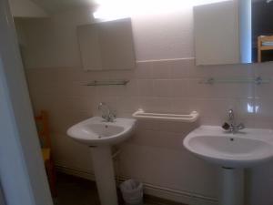 A bathroom at Gîte Le Rocher