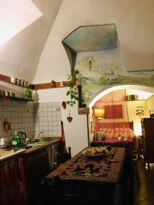 A kitchen or kitchenette at LaTanaSegreta