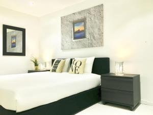 Uma cama ou camas num quarto em Breathing Lisbon Apartments - Estoril