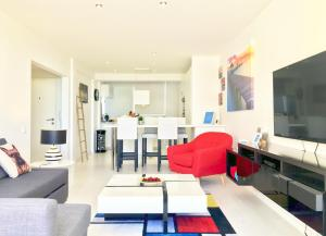 Uma área de estar em Breathing Lisbon Apartments - Estoril