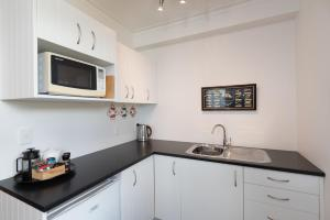 A kitchen or kitchenette at The Old Oak Boutique Hotel