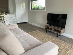 A seating area at Gunsynd Studio Apartment