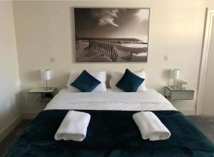 A bed or beds in a room at Saffron Suite and Kitchen