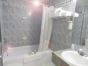 A bathroom at Capri Inn
