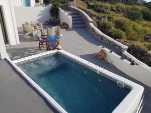 Θέα της πισίνας από το Alonistra Oia Houses  ή από εκεί κοντά